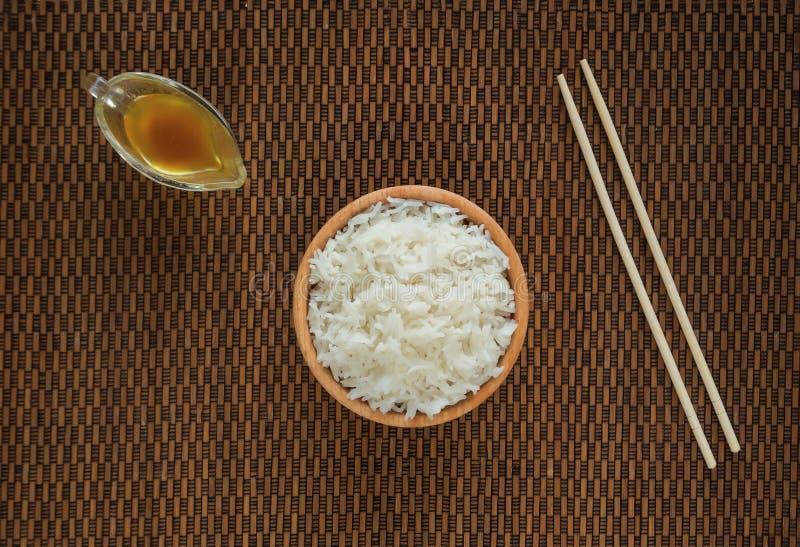 Arroz basmati e hashis brancos no guardanapo de bambu imagens de stock royalty free