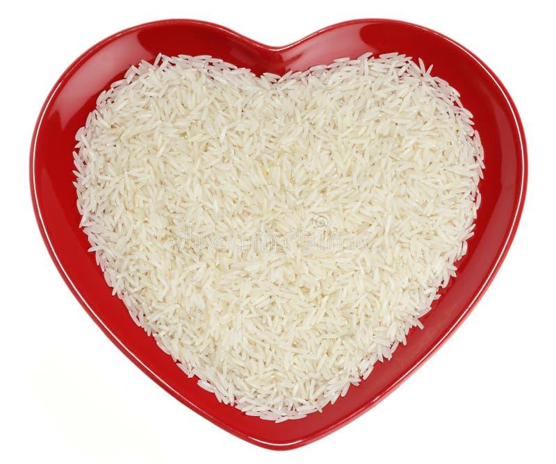 Arroz basmati tradicional indiano no coração vermelho fotos de stock
