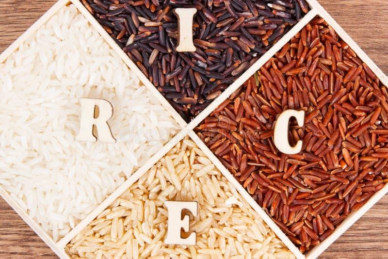 Arroz blanco, marrón, negro y rojo con la inscripción a bordo, concepto libre de la comida del gluten sano imagen de archivo