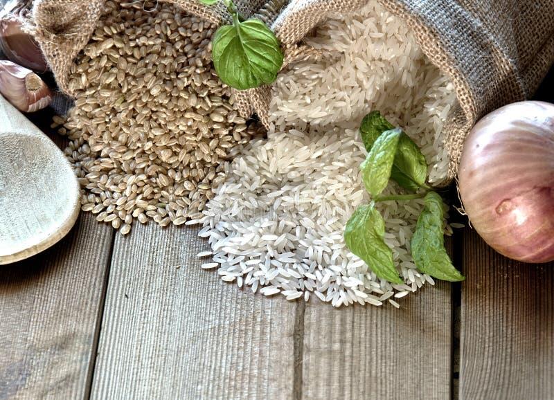 Arroz blanco y arroz moreno foto de archivo