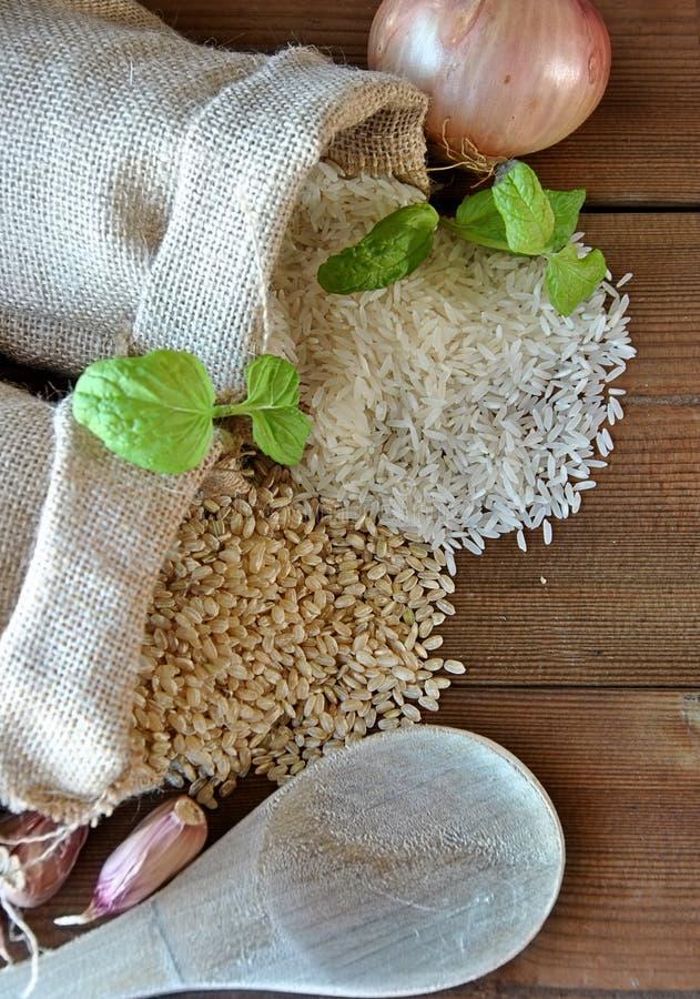 Arroz blanco y arroz moreno imágenes de archivo libres de regalías