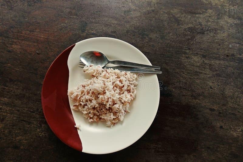 Arroz cocido al vapor, arroz moreno una comida para la salud imágenes de archivo libres de regalías