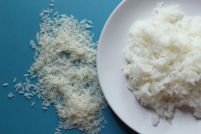 Arroz cocinado y arroz crudo fotografía de archivo libre de regalías