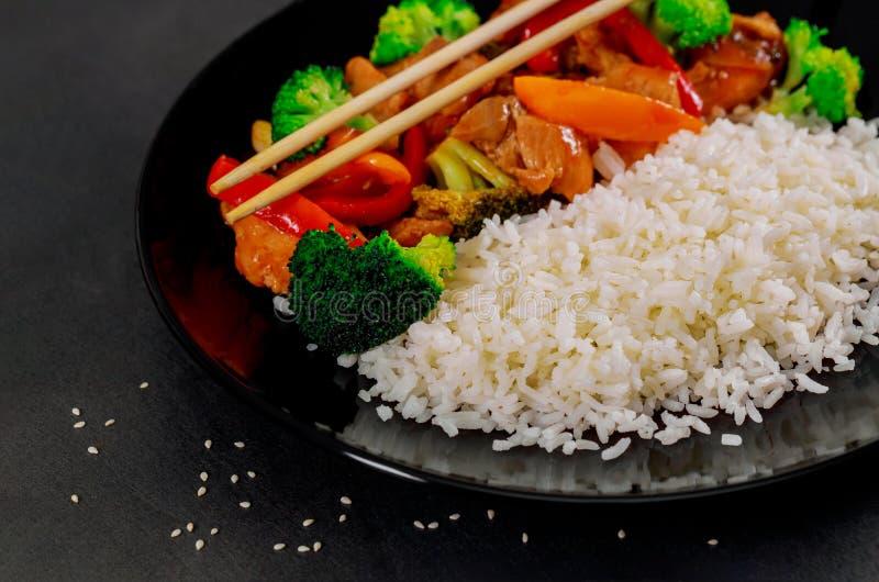 Arroz com a galinha do teriyaki no grupo do estilo japonês e pronto para comer fotos de stock