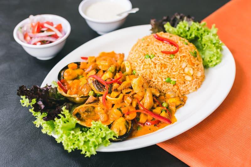 arroz com marisco, molho peruano e molho de alho imagem de stock royalty free