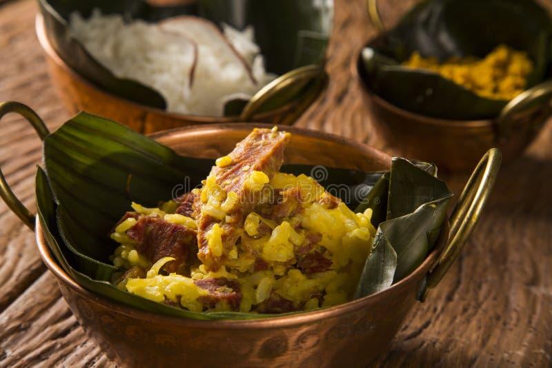 Arroz con el coco, la harina amarilla y la carne secada con arroz en imagenes de archivo