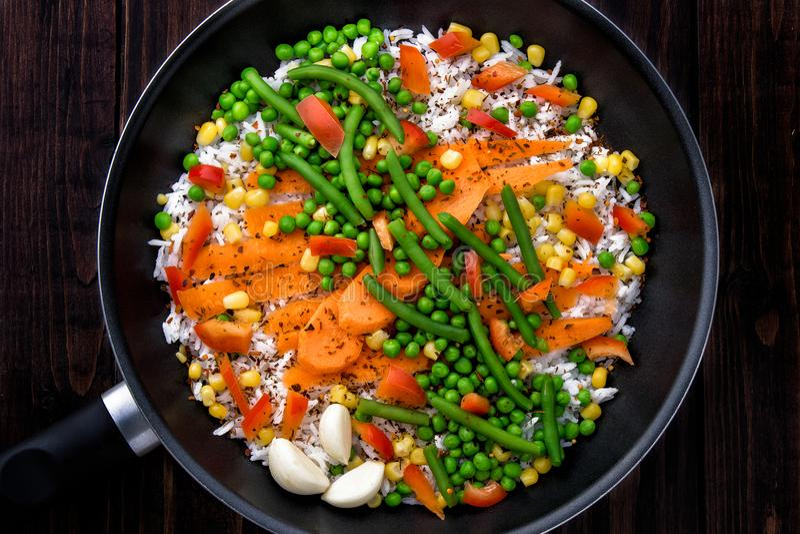 Arroz con las verduras en una cacerola a cocinar Estilo rústico foto de archivo