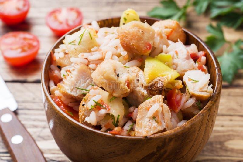 Arroz cozido com galinha e vegetais em uma bacia de madeira foto de stock royalty free
