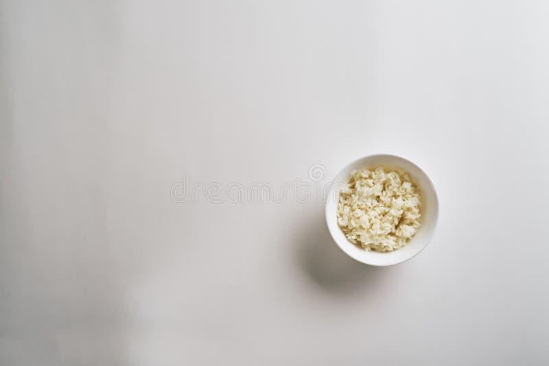 Arroz cozinhado na placa isolada no fundo branco Vista superior imagens de stock royalty free