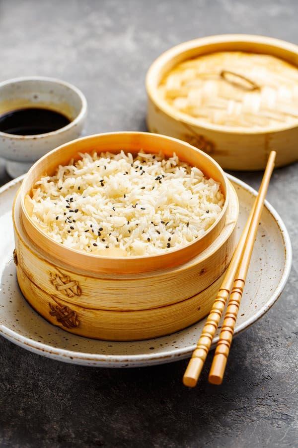 Arroz cozinhado no navio de bambu imagens de stock