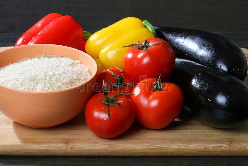 Arroz cru com legume fresco foto de stock