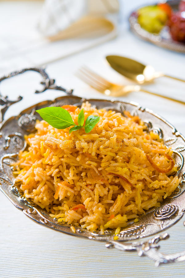 Arroz de Biryani ou arroz do briyani, galinha do caril e salada, tradição imagens de stock