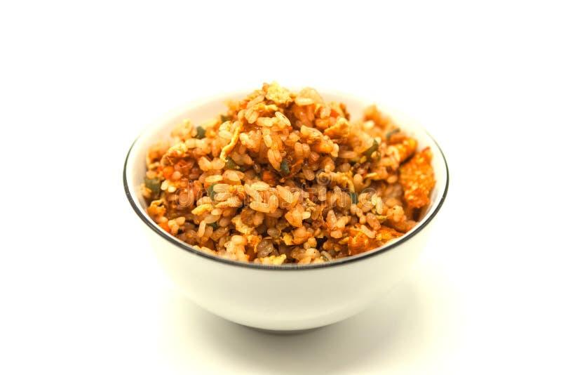 Arroz de Fried Chinese com vegetais e ovo, em uma bacia em um fundo branco O favorito chinês decora imagens de stock