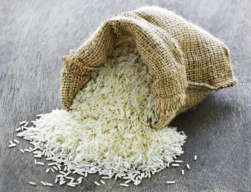 Arroz de grano largo en saco de la arpillera foto de archivo libre de regalías