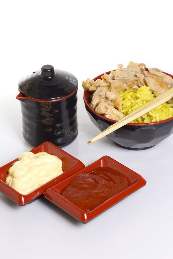 Arroz de Japão com a faixa da galinha do caril isolada imagem de stock