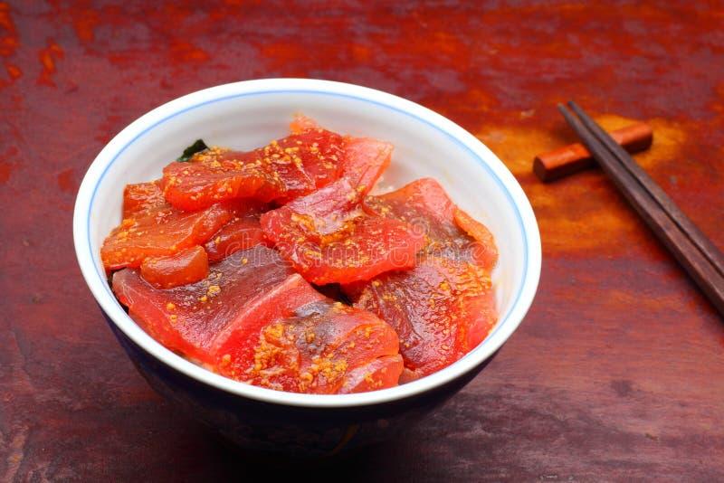 Arroz de Vinegared coberto com o atum cru cortado fotos de stock royalty free
