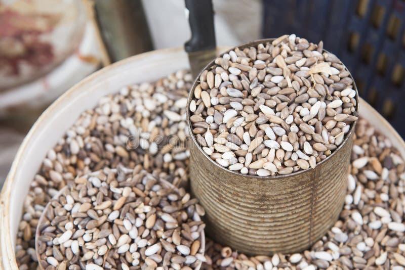 Arroz del mijo, grano del mijo en la poder del metal que vende en el mercado callejero en Tailandia foto de archivo libre de regalías