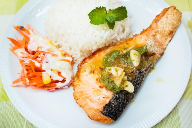 Arroz e bife salmon com molho picante foto de stock royalty free