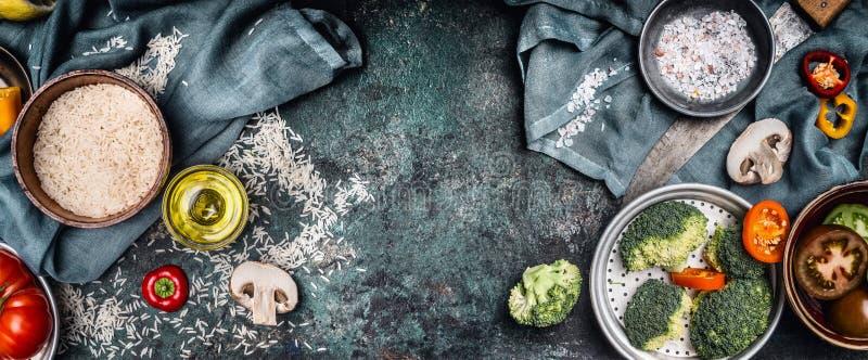 Arroz e vegetais que cozinham os ingredientes, preparação no fundo rústico, vista superior, bandeira Alimento saudável do vegetar foto de stock royalty free