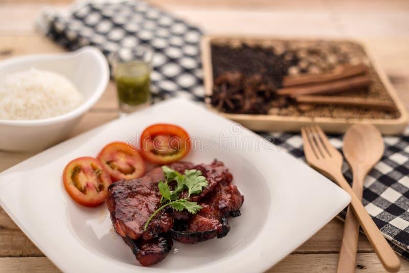 Arroz, filete asado a la parrilla del cerdo, crema de la salsa de chiles con la pimienta negra e foto de archivo