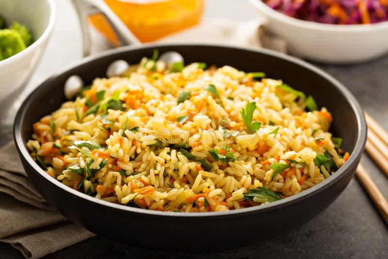 Arroz fritado com vegetais e brócolis cozinhados fotos de stock