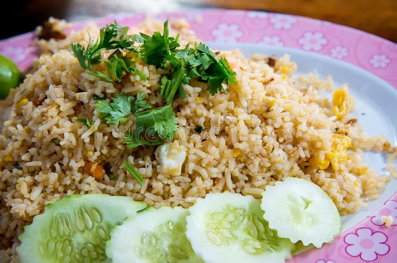 Arroz fritado de carne de caranguejo, almofada Poo de Khao Alimento famoso tailandês da rua foto de stock royalty free