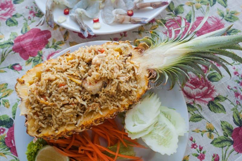 Arroz fritado do abacaxi, um prato tradicional de tailandês, vietnamita e fotos de stock