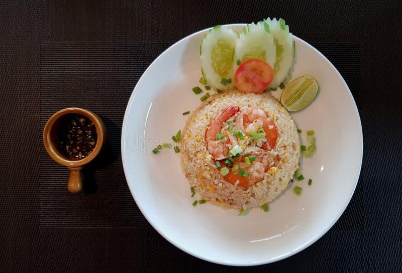 Arroz fritado dos camarões tailandeses do estilo fotografia de stock royalty free