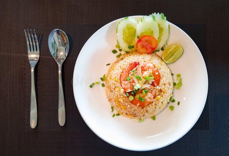 Arroz fritado dos camarões tailandeses do estilo na placa branca com forquilha e colher foto de stock royalty free