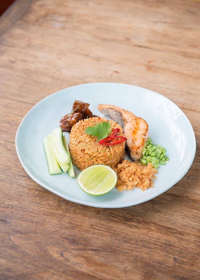 Arroz fritado picante tailandês com salmões fotografia de stock royalty free