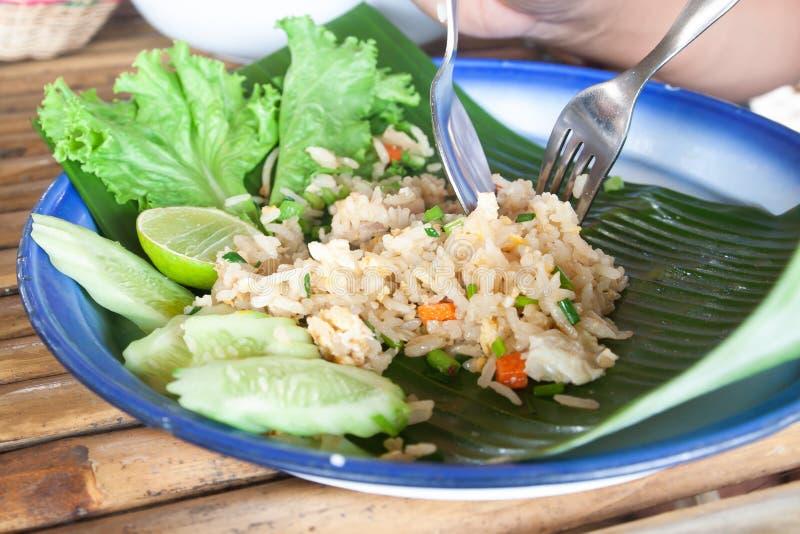 Arroz fritado tailandês com ovos, carne de porco, cenoura na folha da banana, original fotografia de stock royalty free