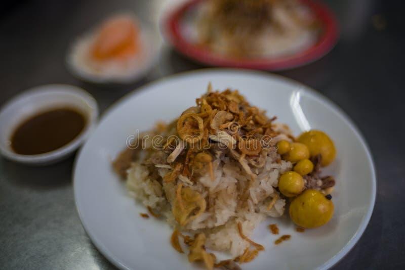 Arroz fritado vietnamiano tradicional com os ovos da galinha do bebê fotografia de stock royalty free