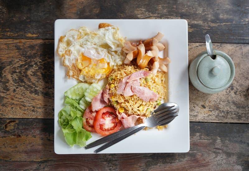 Arroz frito americano es un plato tailandés del arroz frito con los ingredientes laterales 'americanos 'como el pollo frito, jamó foto de archivo
