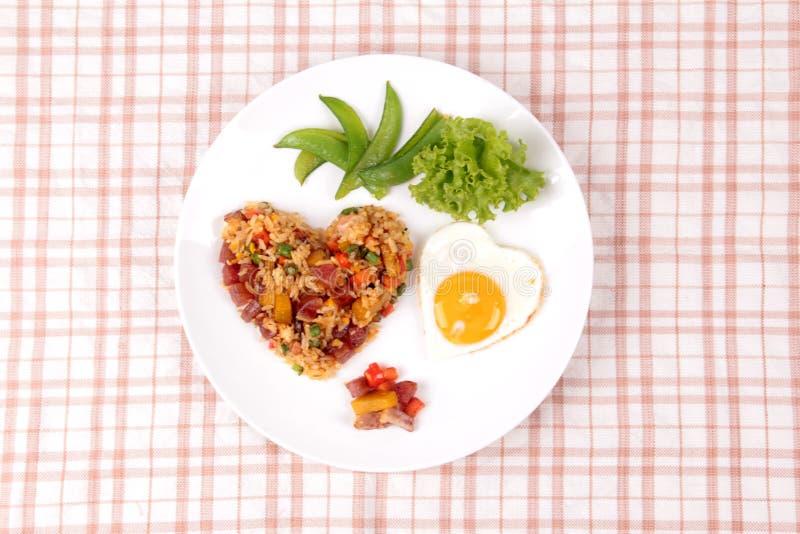Arroz frito de la salchicha china y huevo soleado en formas del corazón imágenes de archivo libres de regalías