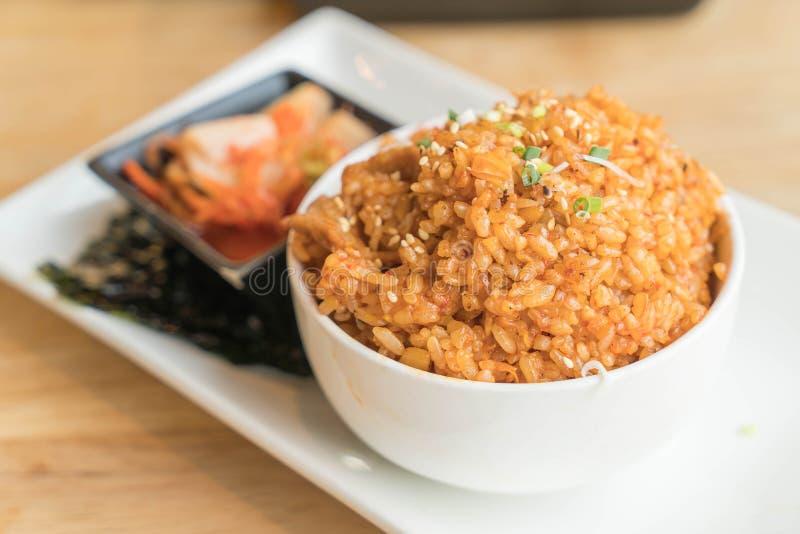 arroz frito del kimchi del cerdo con alga marina imagen de archivo