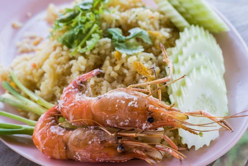 arroz frito y camarón cocido imagenes de archivo