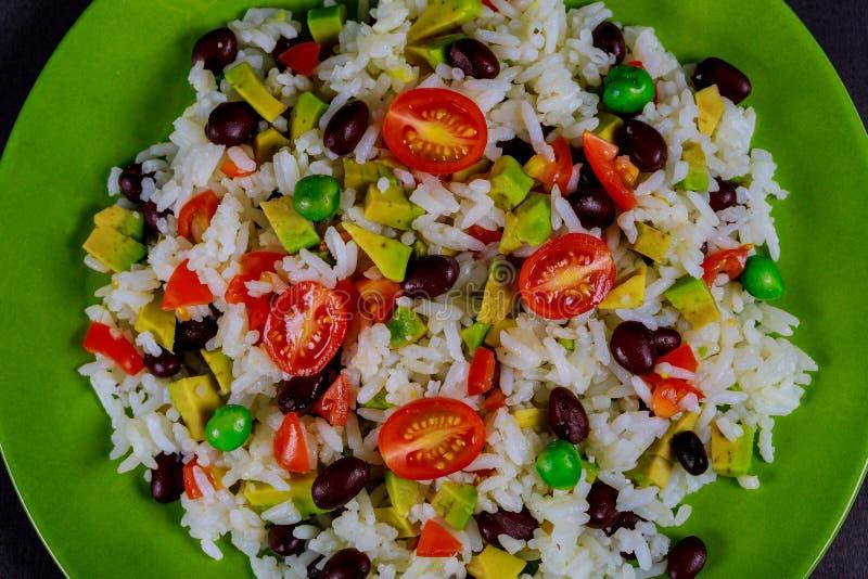 Arroz hervido, aguacate, ensalada de las verduras frescas, tomates de cereza deliciosos y desayuno sano de la comida sana de la n imagen de archivo libre de regalías
