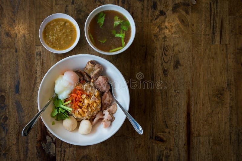 Arroz hervido en seco con costilla de cerdo estofada, espelta de cerdo, huevo cocido y sopa, salsa deliciosa y deliciosa comida a imágenes de archivo libres de regalías
