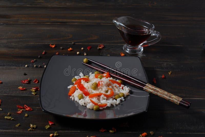 Arroz hinese del plato del  dietético de Ñ con las verduras guisadas foto de archivo