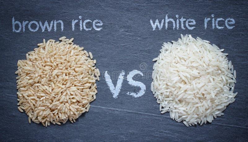 Arroz integral contra o arroz branco fotos de stock