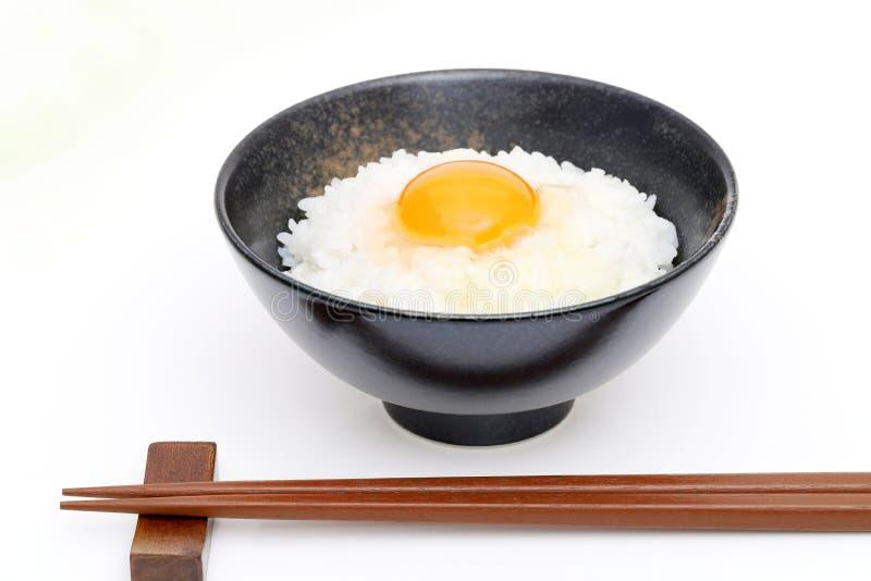 Arroz japonés con el huevo crudo imagen de archivo libre de regalías