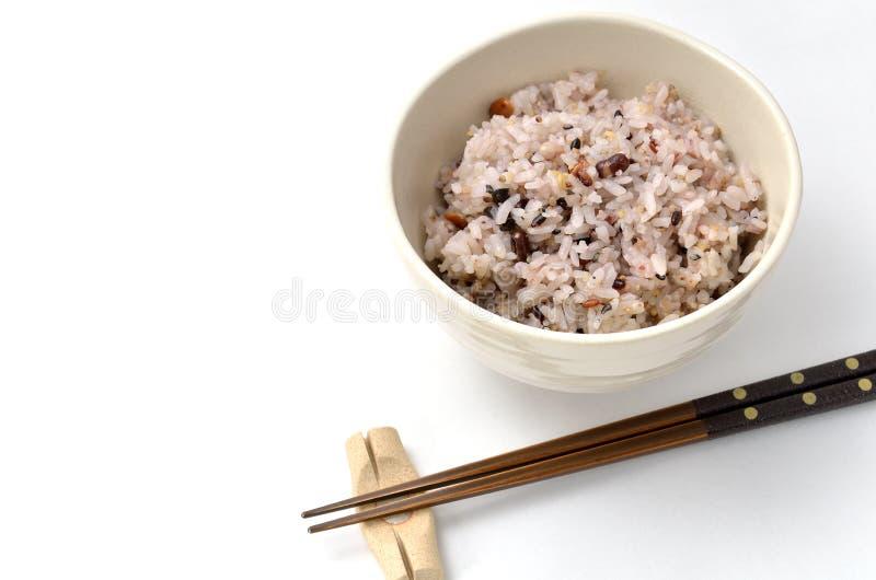 Arroz mezclado en cuenco de arroz japonés fotografía de archivo libre de regalías