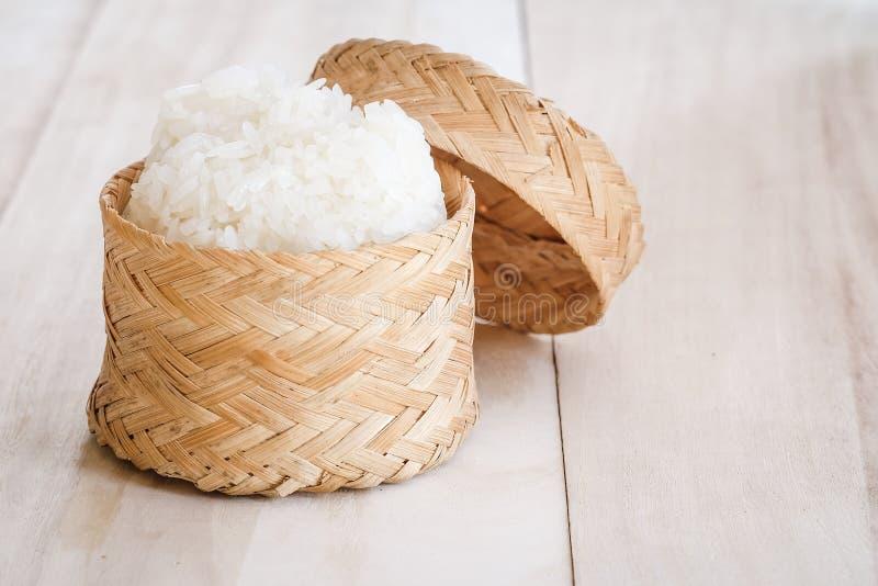 Arroz pegajoso, arroz pegajoso tailandês em uma caixa de madeira de bambu do estilo antigo imagens de stock royalty free