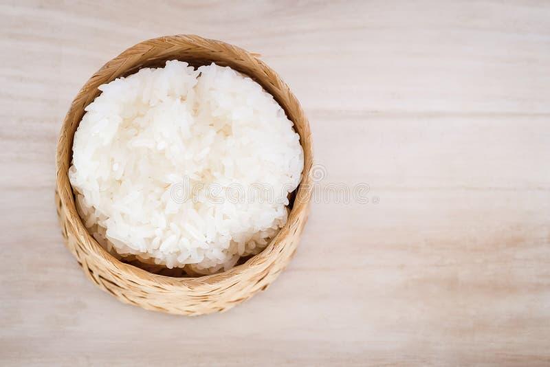 Arroz pegajoso, arroz pegajoso tailandês em uma caixa de madeira de bambu do estilo antigo fotografia de stock