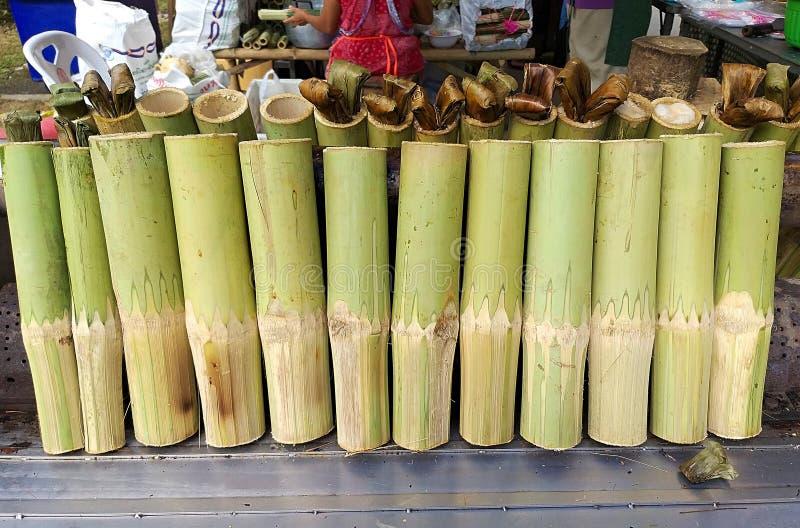 Arroz pegajoso asado en las juntas de bambú el arroz pegajoso empapó foto de archivo