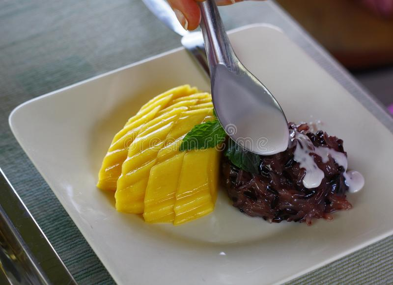 Arroz pegajoso dulce con el mango, postre tailandés imagen de archivo libre de regalías