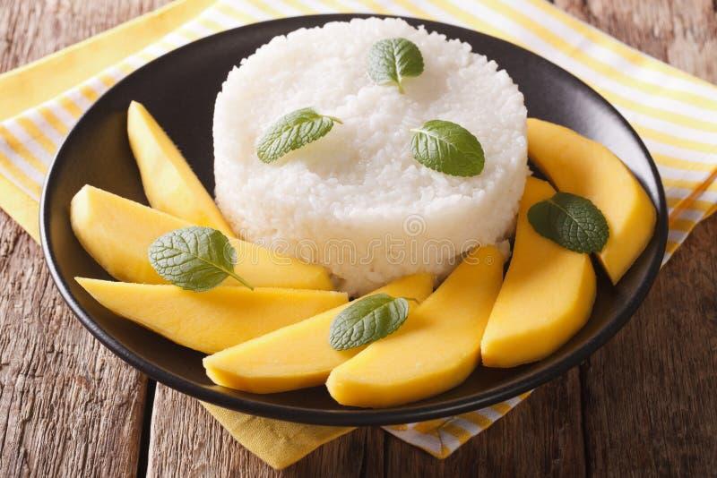 Arroz pegajoso dulce con leche de coco y el mango amarillo en w rústico imagen de archivo libre de regalías