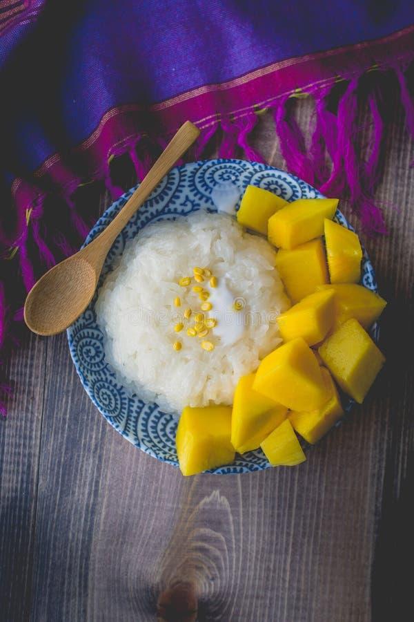 Arroz pegajoso dulce del postre tailandés con el mango en enselvado viejo imágenes de archivo libres de regalías
