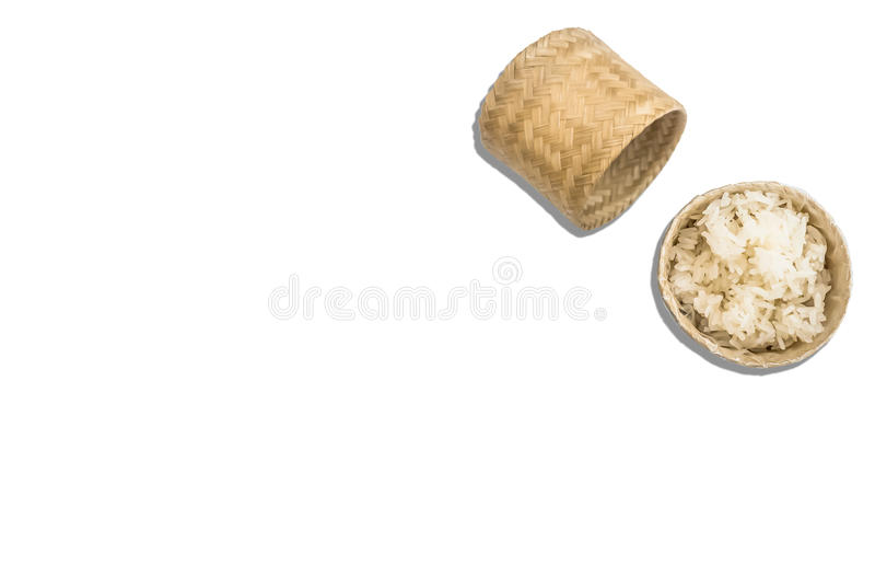 Arroz pegajoso fluido en cesta de mimbre en la foto blanca del fondo con el espacio en blanco fotografía de archivo libre de regalías