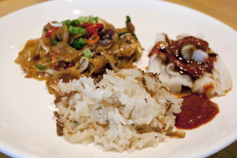 Arroz pegajoso glutinoso com o close up dos macarronetes de arroz fotos de stock